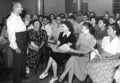 """חינוך קהילתי מטעם האוניברסיטה בזמן חופשת הקיץ: פרופ' ש""""ד גויטיין מרצה בפני קבוצה של לומדים בחיפה"""