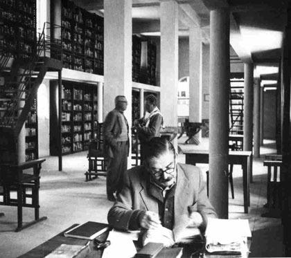 פרופ' ח. פולצקי מעיין בספרים בספרייתו של מנזר סנטה קטרינה כחלק ממשלחת האוניברסיטה העברית לסיני